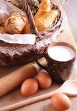 Ainda vida com pastelarias frescas e um copo do leite Imagem de Stock Royalty Free