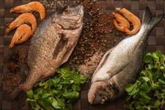 Ainda vida com peixes, camarão e especiarias Fotografia de Stock Royalty Free