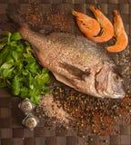 Ainda vida com peixes, camarão e especiarias Fotografia de Stock