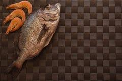 Ainda vida com peixes, camarão e especiarias Foto de Stock Royalty Free
