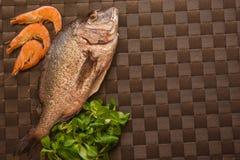 Ainda vida com peixes, camarão e especiarias Imagem de Stock