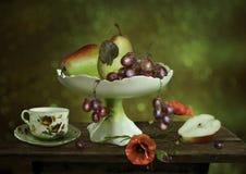 Ainda vida com peras e uvas Imagens de Stock Royalty Free