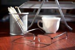 Ainda-vida com pontos um copo e um escritório Foto de Stock