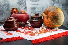Ainda vida com potenciômetros, abóbora e alho do alimento em uma tabela tradi Imagem de Stock Royalty Free