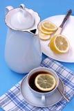 Ainda vida com pratos e o limão brancos no fundo azul Imagens de Stock Royalty Free
