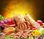 Ainda-vida com produtos, vegetais e ervas de salsicha. Foto de Stock Royalty Free