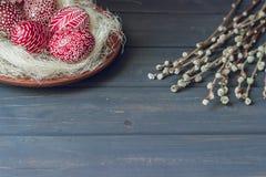 Ainda vida com Pysanka, ovos da páscoa decorados, em de madeira preto Imagem de Stock Royalty Free
