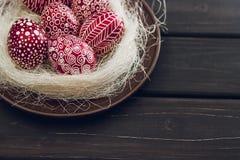 Ainda vida com Pysanka, ovos da páscoa decorados, em de madeira preto Imagens de Stock Royalty Free
