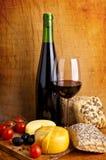 Ainda vida com queijo e vinho Foto de Stock Royalty Free