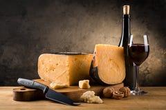 Ainda vida com queijo e vinho Fotos de Stock Royalty Free