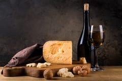 Ainda vida com queijo e vinho Imagens de Stock