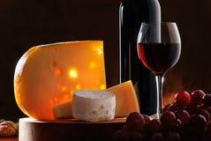 Ainda-vida com queijo, uva e vinho Imagens de Stock Royalty Free