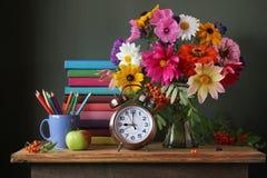 Ainda vida com ramalhete do outono, e fontes de escola textbooks Fotos de Stock Royalty Free
