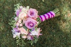 Ainda vida com ramalhete e alianças de casamento do casamento Acessório da noiva para a cerimônia Imagem de Stock Royalty Free
