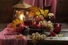 Ainda vida com romã e vinho tinto Imagem de Stock