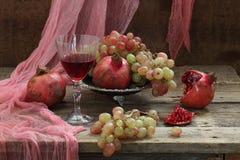 Ainda vida com romã e vinho tinto Fotos de Stock