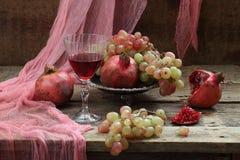 Ainda vida com romã e vinho tinto Fotos de Stock Royalty Free