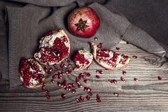 Ainda vida com a romã suculenta fresca no pano de saco sobre no rusti Foto de Stock