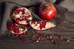 Ainda vida com a romã suculenta fresca no pano de saco sobre no rusti Fotografia de Stock