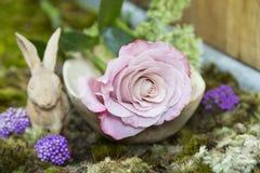 Ainda vida com rosa do emplastro cerâmico cor-de-rosa e do coelho no musgo Fotos de Stock