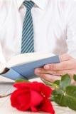 Ainda vida com rosa do vermelho e o livro velho Imagens de Stock Royalty Free