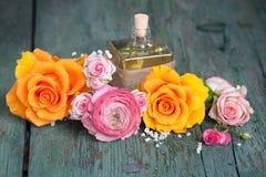Ainda vida com rosas coloridas e um presente Imagem de Stock