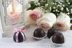 Ainda vida com rosas e doces Imagens de Stock Royalty Free