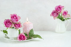 Ainda vida com rosas e vela Imagens de Stock