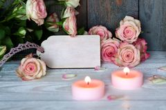 Ainda vida com rosas e velas no estilo do vintage Fotos de Stock