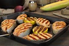 Ainda vida com Salmon Steaks In Rustic Style grelhado Imagens de Stock Royalty Free