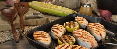 Ainda vida com Salmon Steaks In Rustic Style grelhado Imagem de Stock