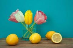 Ainda vida com tulipas e limões Imagens de Stock