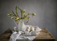Ainda vida com tulipas e ovos Imagem de Stock Royalty Free