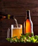 Ainda vida com um barril da cerveja e dos lúpulos Imagens de Stock