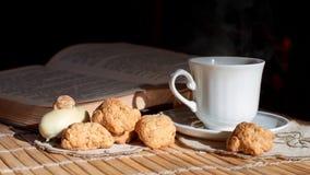 Ainda vida com um copo branco e os biscoitos Imagem de Stock
