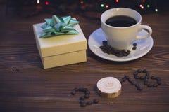 Ainda vida com um copo de café e uma caixa de presente Imagens de Stock