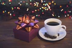 Ainda vida com um copo de café e uma caixa de presente Imagem de Stock