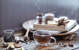 Ainda vida com um copo do chá em um fundo de madeira Imagens de Stock