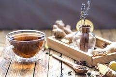 Ainda vida com um copo do chá em um fundo de madeira Imagem de Stock