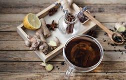 Ainda vida com um copo do chá em um fundo de madeira Imagens de Stock Royalty Free