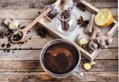 Ainda vida com um copo do chá em um fundo de madeira Fotografia de Stock Royalty Free