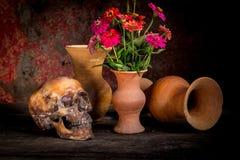 Ainda vida com um crânio e um vaso, Fotos de Stock