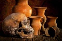 Ainda vida com um crânio e um vaso, produto de cerâmica Imagem de Stock