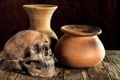 Ainda vida com um crânio e um vaso, produto de cerâmica Imagens de Stock Royalty Free
