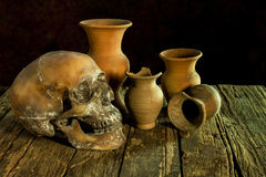 Ainda vida com um crânio e um vaso, produto de cerâmica Imagem de Stock Royalty Free