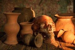 Ainda vida com um crânio e um vaso, produto de cerâmica Foto de Stock Royalty Free