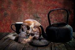 Ainda vida com um crânio e uma chaleira, Imagem de Stock