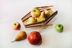 Ainda vida com um grupo das maçãs e de uma cesta Fotos de Stock Royalty Free
