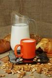 Ainda vida com um jarro de leite e de croissant Fotografia de Stock