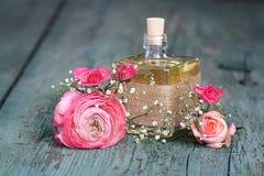 Ainda vida com um perfume das rosas Imagens de Stock